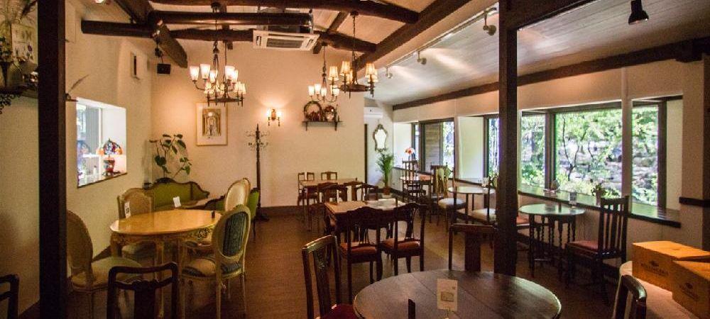 カフェ・ド・ドルチェ 店内  本物のヨーロッパアンティーク家具たちの競演。