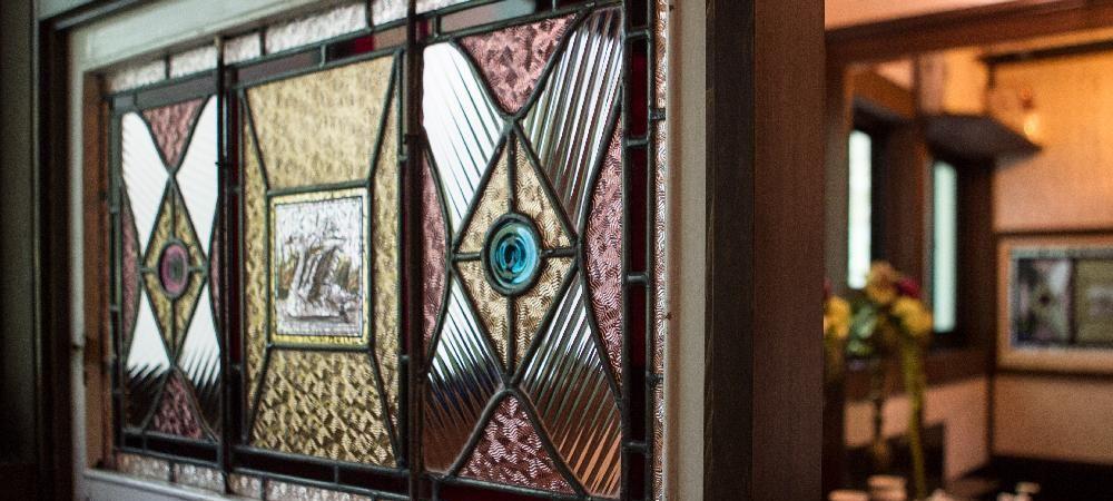 フレンチレストラン シェ・ブラウゼ  希少品である中世のアンティークステンドガラスがとってもいい表情です。